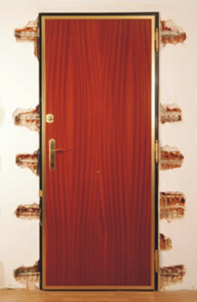 Puertas acorazadas kiuso for Casas con puertas de madera